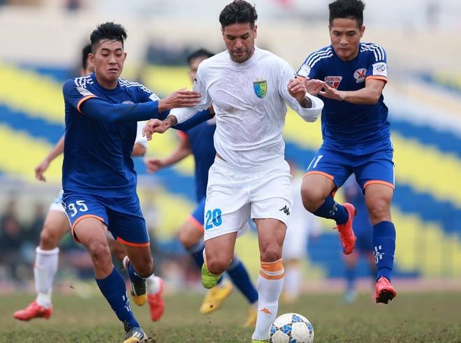Gonzalo (giữa) là một biểu tượng của Hà Nội FC trong gần 1 thập kỷ qua