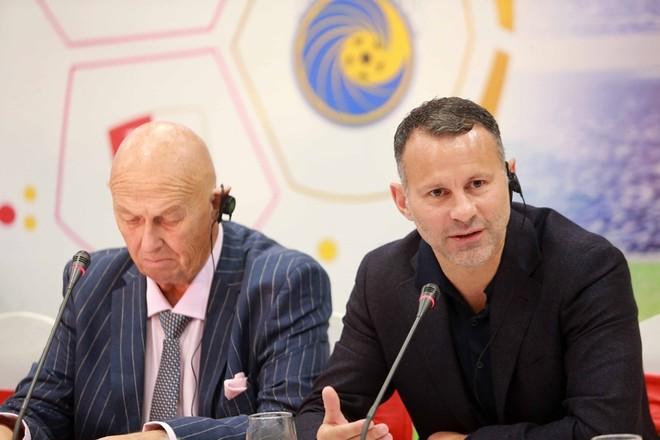 Ryan Giggs (phải) trong buổi họp báo hôm nay tại Hưng Yên (Ảnh: Vũ Vy)