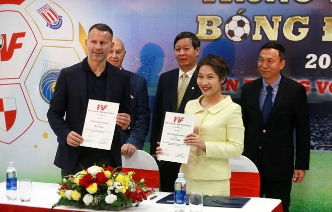 Giggs chính thức ký hợp đồng gắn bó với PVF
