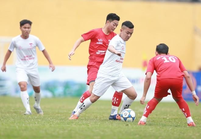 THPT Nguyễn Thị Minh Khai (trắng) đã chơi với 200% sức lực trước đối thủ lớn THPT Trần Quốc Tuấn