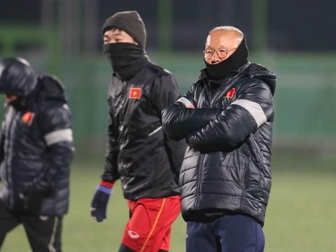 HLV Park Hang-seo cũng co ro giữa cái lạnh thấu xương ở Côn Sơn (Ảnh: Huy Anh)