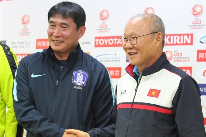 HLV Park Hang-seo (phải) và HLV Kim Bong-gil của U23 Hàn Quốc (Ảnh: Huy Anh)