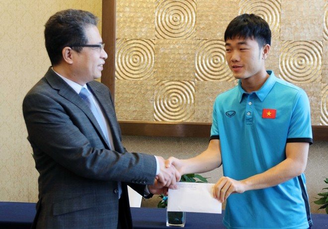 Đại sứ Đặng Minh Khôi (trái) trao món quà động viên trị giá 5000 USD cho U23 Việt Nam qua đội trưởng Xuân Trường
