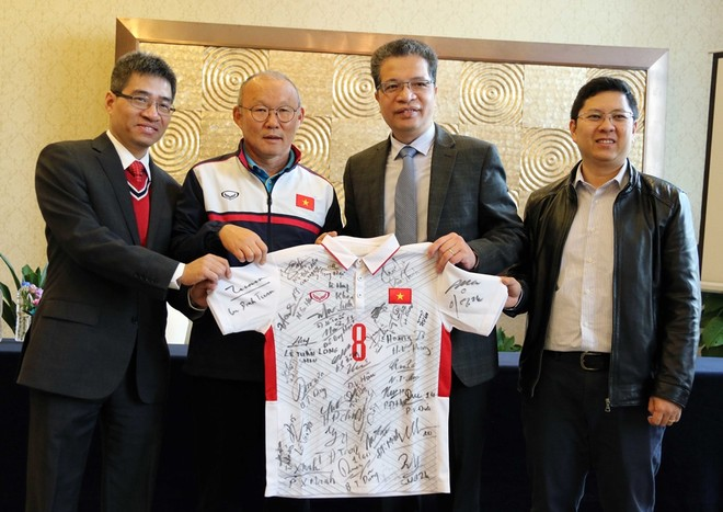 Chiếc áo có đầy đủ chữ ký của các thành viên ĐT U23 Việt Nam được trân trọng tặng cho Đại sứ