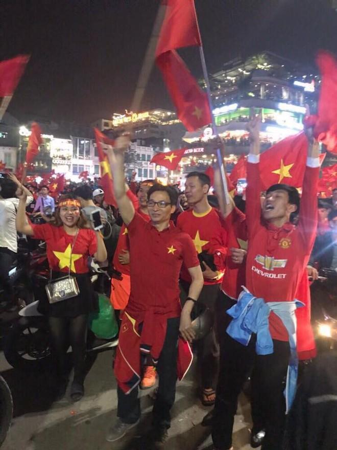 Phó Thủ tướng Vũ Đức Đam bình dị hòa mình vào dòng người hâm mộ tại Hà Nội