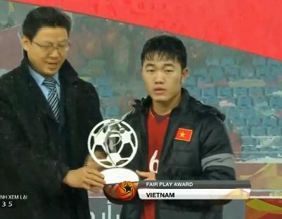 Xuân Trường thay mặt U23 Việt Nam nhận danh hiệu Fair-play