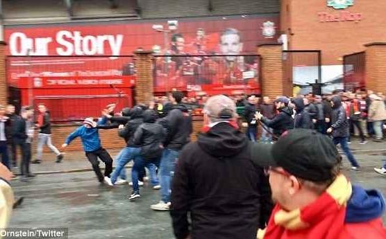 Loạn đả giữa CĐV Liverpool và AS Roma