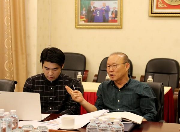 HLV Park Hang-seo (phải) nêu ý kiến trong buổi làm việc với VFF