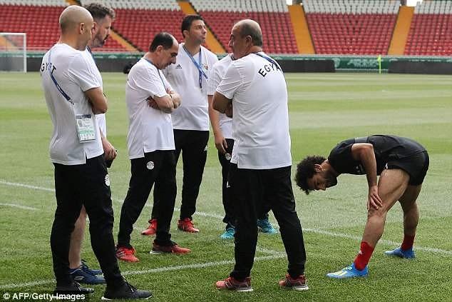 Salah (phải) là mối quan tâm số 1 của đội tuyển Ai Cập vào lúc này