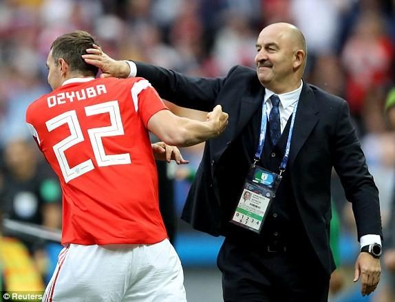 HLV Stanislav Cherchesov chia vui với cậu học trò sau bàn thắng nhân ba cách biệt