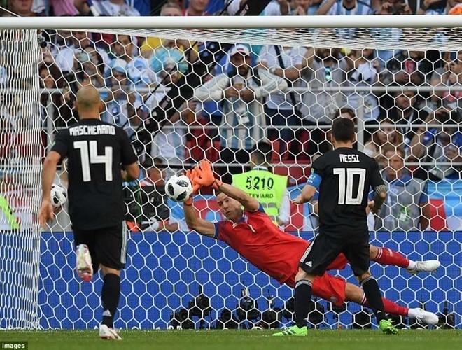 Quả 11m bị cản phá của Messi