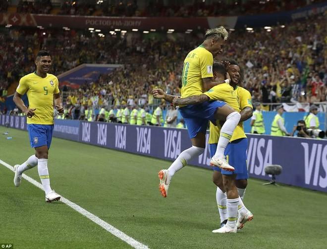 Brazil ăn mừng bàn thắng vươn lên dẫn trước