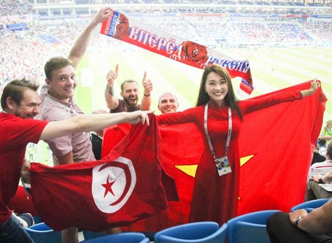 Nguyễn Ngọc Nữ trên khán đài sân Volgograd Arena ở trận Anh gặp Tunisia