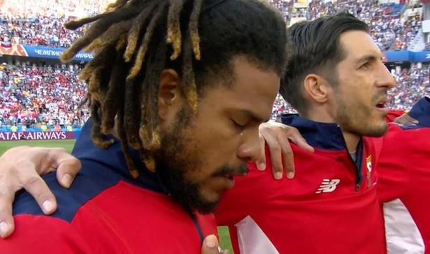 Trung vệ đội trưởng ĐT Panama - Roman Torres khóc khi hát quốc ca
