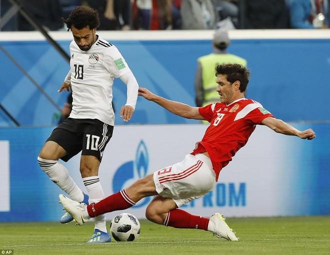 Salah (trái) trở lại sau chấn thương và có trận World Cup đầu tiên trong sự nghiệp