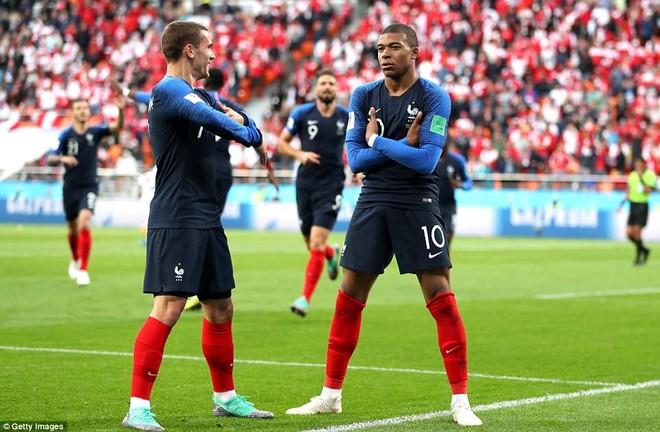 Mbappe (phải) tỏa sáng rực rỡ cùng ĐT Pháp
