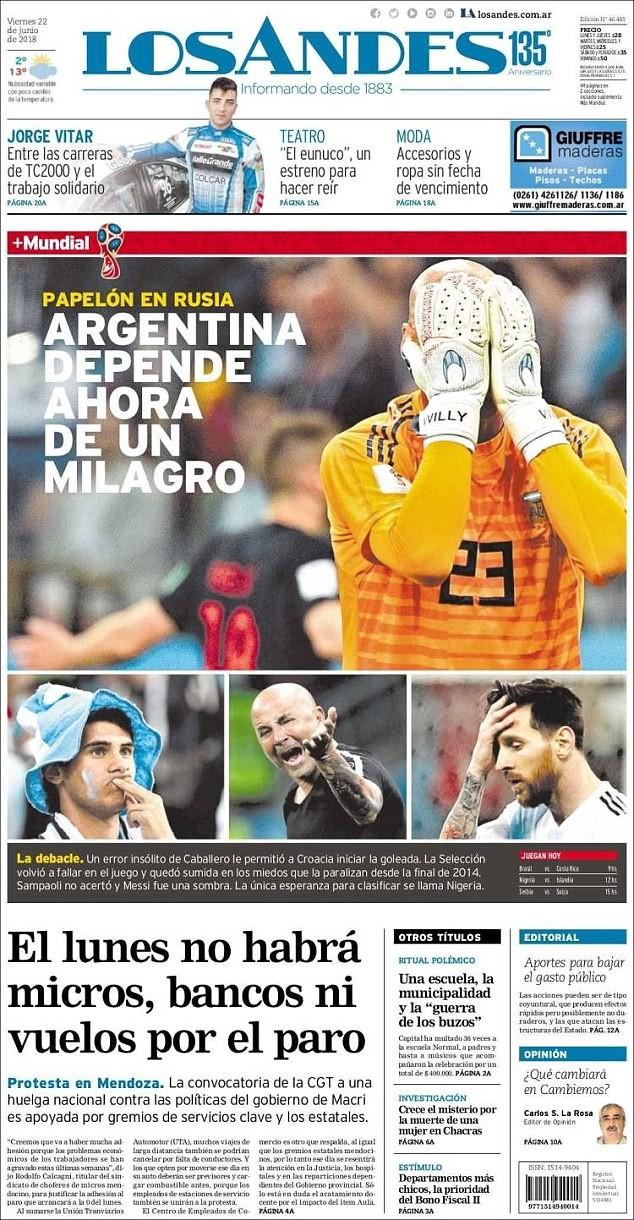 """Messi và Argentina bị báo chí """"đánh"""" tơi tả sau thảm bại"""