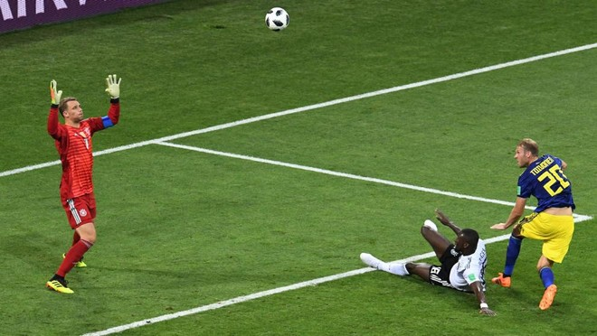 Toivonen trừng phạt hàng thủ Đức bằng bàn mở tỉ số