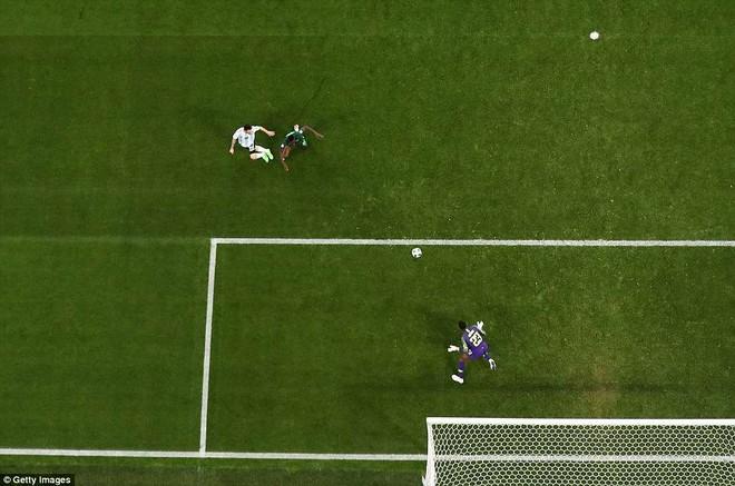 Góc nhìn trên cao bàn mở tỉ số của Messi