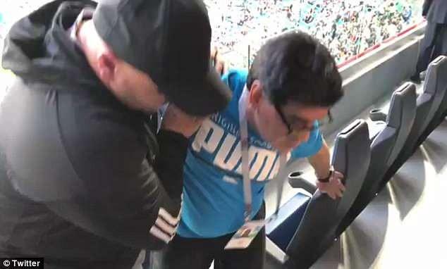 Maradona tụt huyết áp và phải nhờ một người bạn hỗ trợ