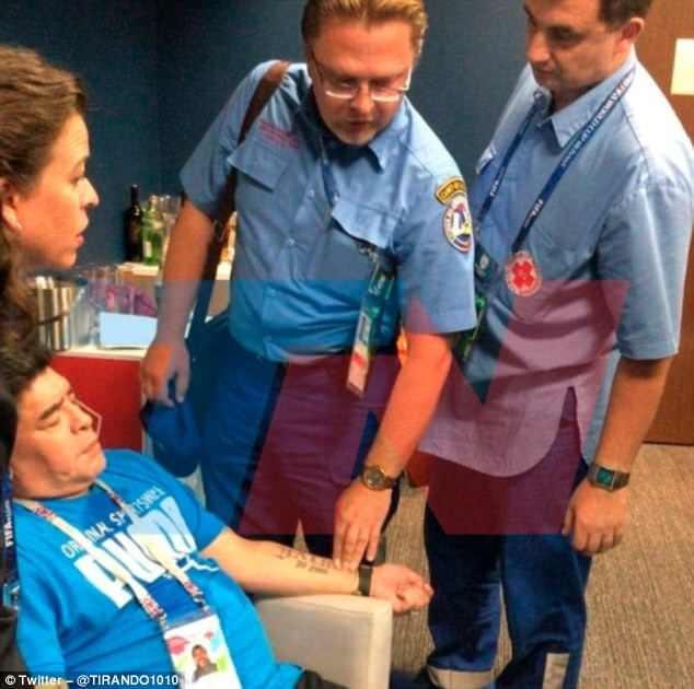 Huyền thoại bóng đá Argentina được các bác sĩ chăm sóc
