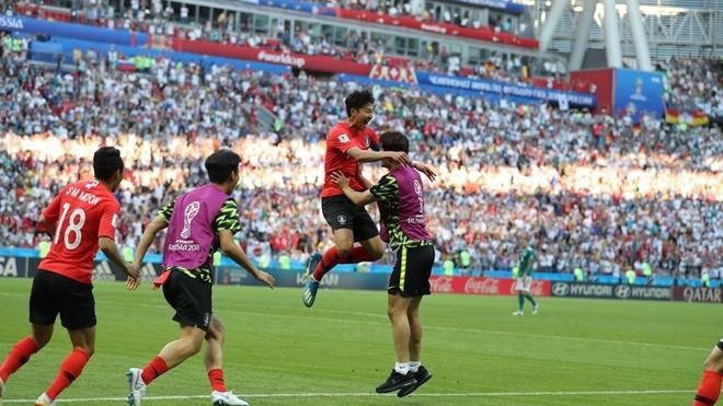 Hàn Quốc ăn mừng chiến thắng lịch sử dù bị loại