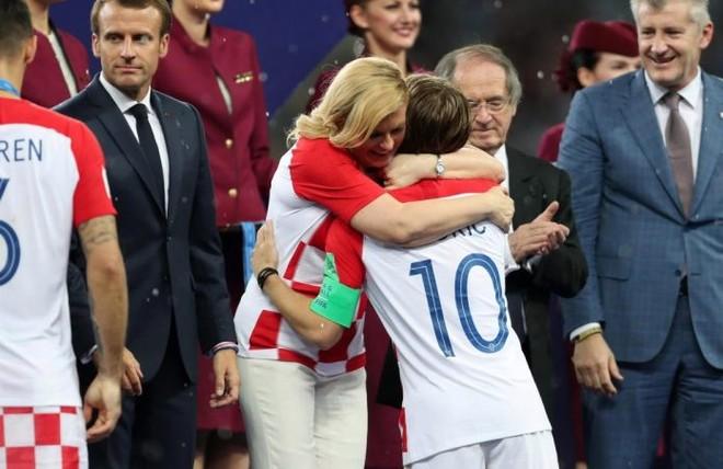 Tổng thống Croatia, bà Kolinda Grabar-Kitarovic chia sẻ cảm xúc cùng Luka Modric