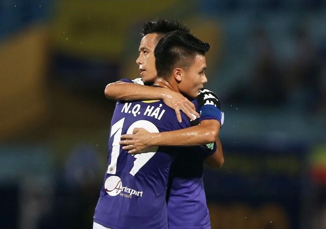 Quang Hải và đàn anh Văn Quyết sẽ lại cùng sóng đôi trong màu áo U23 Việt Nam (Ảnh: Vũ Vy)