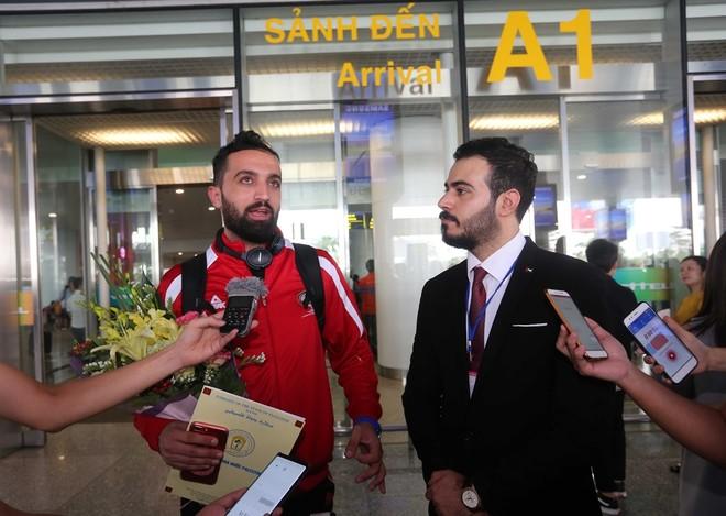 Lãnh đội Palestine trả lời phỏng vấn báo chi (Ảnh: Vũ Vy)