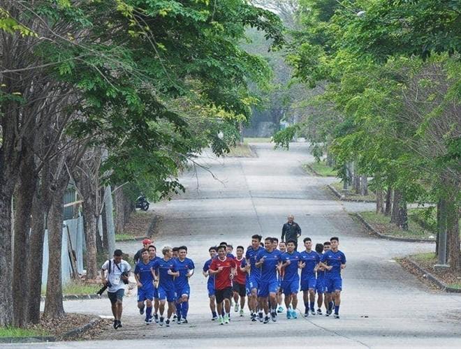 ĐT Olympic Việt Nam tập trên mặt đường bê tông gần khách sạn