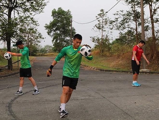 Thủ thành Bùi Tiến Dũng trong buổi tập khác thường của Olympic Việt Nam