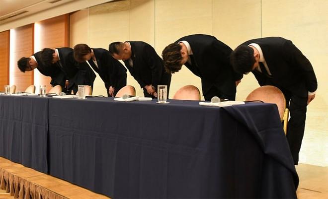 4 trong 6 người cúi gập để xin lỗi này là các tuyển thủ Nhật Bản mua dâm tại ASIAD 18