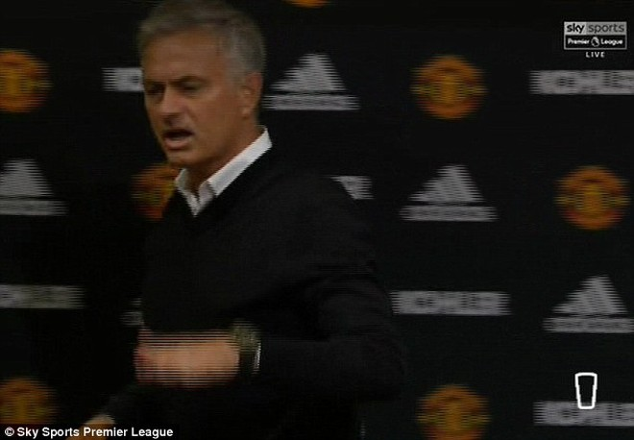 Thái độ của HLV Mourinho khi ra khỏi phòng họp báo