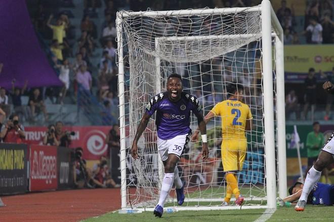 Samson sau pha mở tỉ số cho Hà Nội FC (Ảnh: Thuần Thư)