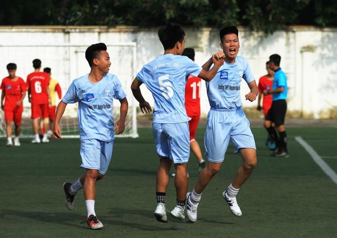 Niềm vui sau bàn mở tỉ số của các cầu thủ trường Nguyễn Văn Huyên