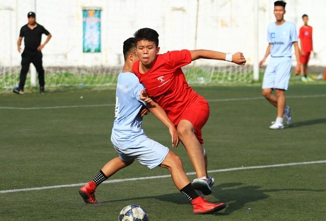 THPT Nguyễn Thị Minh Khai (đỏ) bỏ lỡ nhiều cơ hội ở trận mở màn