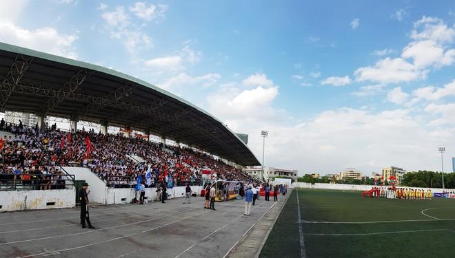 Gần 5000 chỗ ngồi trên khán đài SVĐ Tây Hồ đã được phủ kín trong trận chung kết (Ảnh: Phi Phi)
