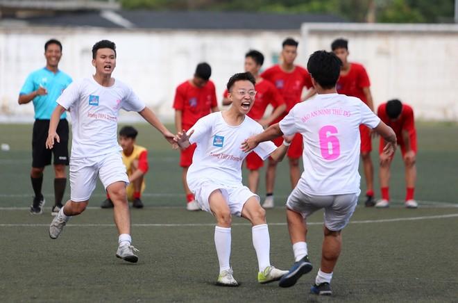 THPT Trương Định vỡ òa sung sướng khi giành chiến thắng trên chấm luân lưu (Ảnh: Vũ Vy)