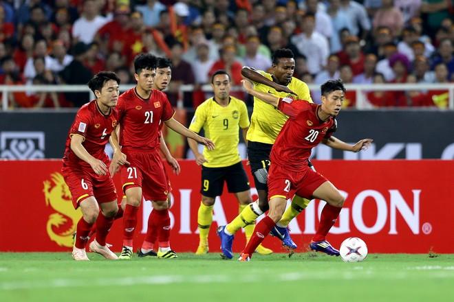 Malaysia (vàng) đã thua 0-2 ở vòng bảng trên sân Mỹ Đình