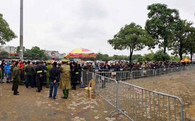 Hàng rào an ninh nghiêm ngặt được thiết lập ở cổng trụ sở VFF vào sáng 11-12