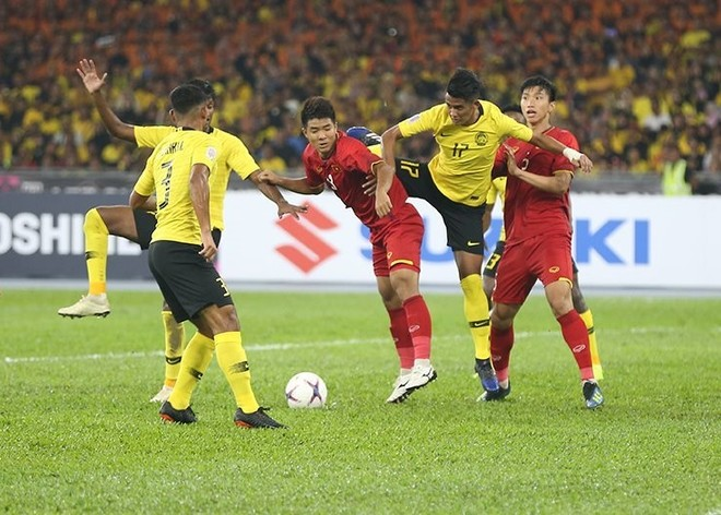 ĐT Việt Nam (áo đỏ) đã có khởi đầu khiến Malaysia choáng váng