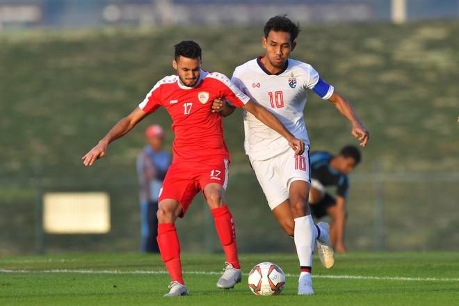 Đội trưởng Teerasil Dangda (phải) chưa thể ghi bàn