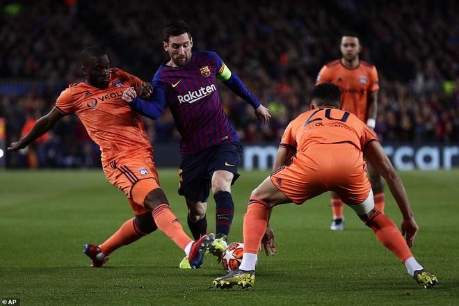 Hàng thủ Lyon có một ngày khổ sở với Messi
