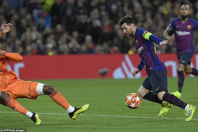 Messi trong tình huống solo nâng tỉ số lên 3-1