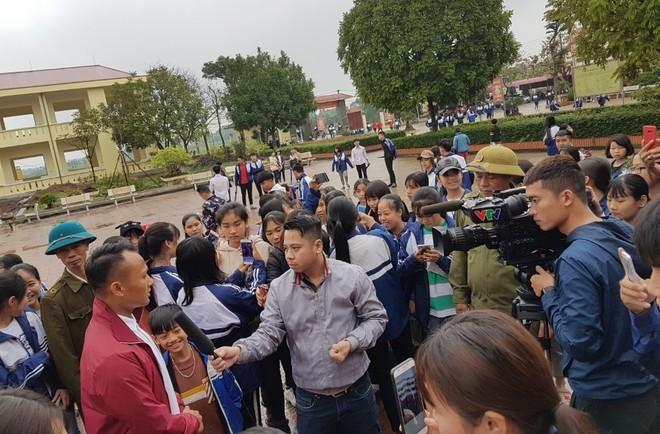 Tiền vệ Trọng Hoàng gây sốt trong chuyến đi truyền cảm hứng ở Phú Thọ ảnh 2
