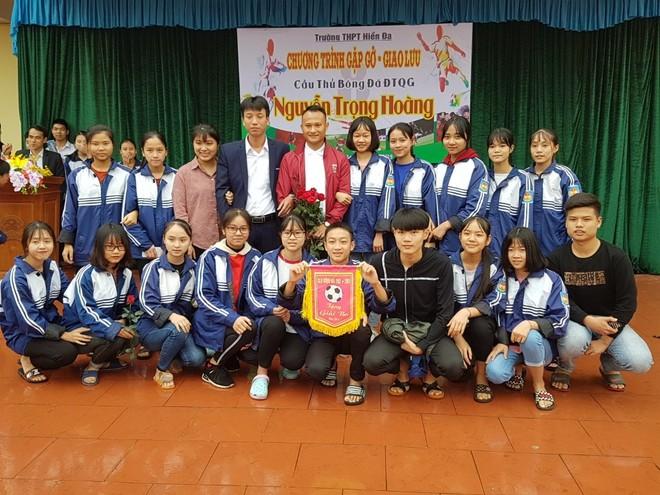 Tiền vệ Trọng Hoàng gây sốt trong chuyến đi truyền cảm hứng ở Phú Thọ ảnh 3