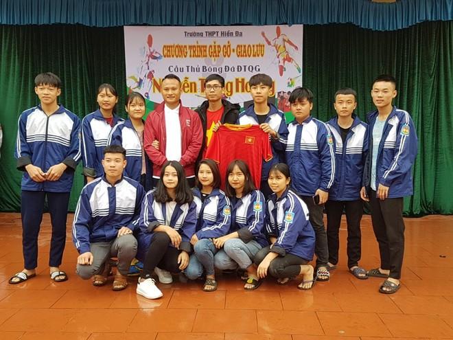 Tiền vệ Trọng Hoàng gây sốt trong chuyến đi truyền cảm hứng ở Phú Thọ ảnh 4