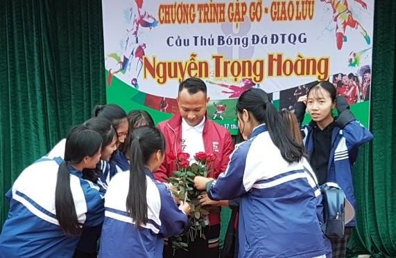 Tiền vệ Trọng Hoàng gây sốt trong chuyến đi truyền cảm hứng ở Phú Thọ ảnh 5