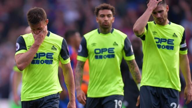 Các cầu thủ Huddersfield Town đau đớn trở lại giải hạng Nhất