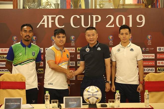 HLV Chu Đình Nghiêm và tiền đạo Văn Quyết (phải) trong buổi họp báo trước trận